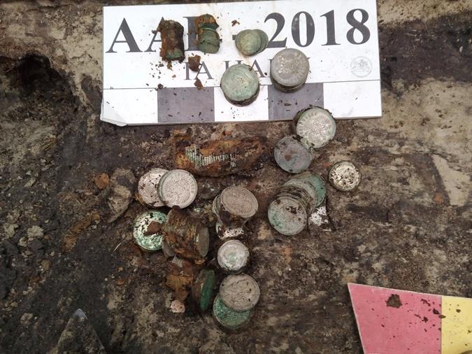 Археологи обнаружили 2 килограмма старинных серебряных монет в заповеднике Древний Киев [фото]