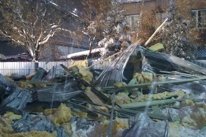 Почему в Харькове обвалилась крыша павильона на людей: все версии [фото]