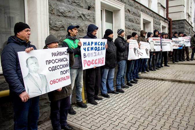 Портовики и активисты Одессы протестовали против махинаций с буксирами [фото]