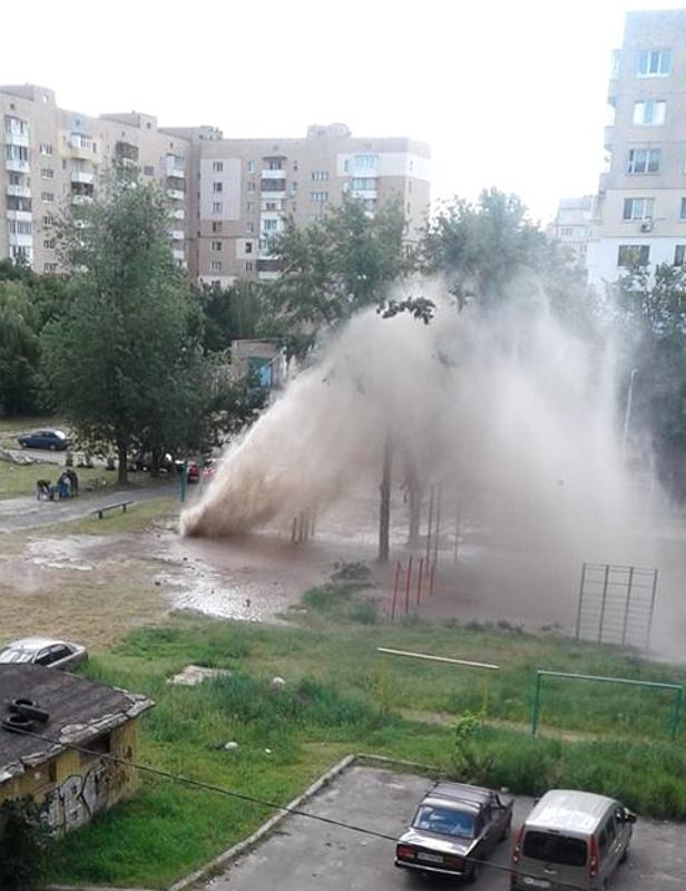 В Киеве из-за прорыва трубы образовался пятиметровый фонтан   [фото, видео]