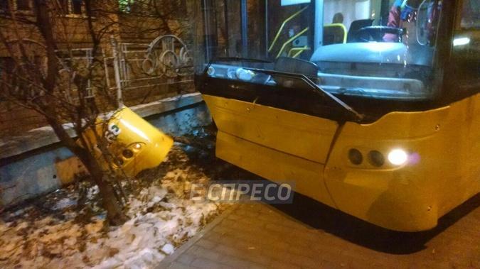В Киеве троллейбус вылетел на пешеходную часть и врезался в ограждение [фото]