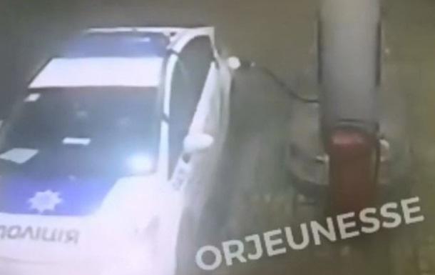 В Харькове патрульные оторвали заправочный пистолет на АЗС