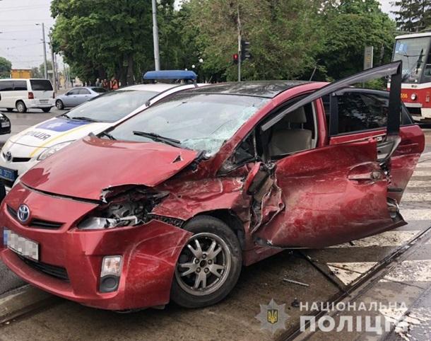 В Харькове трамвай сошел с рельсов и врезался в авто