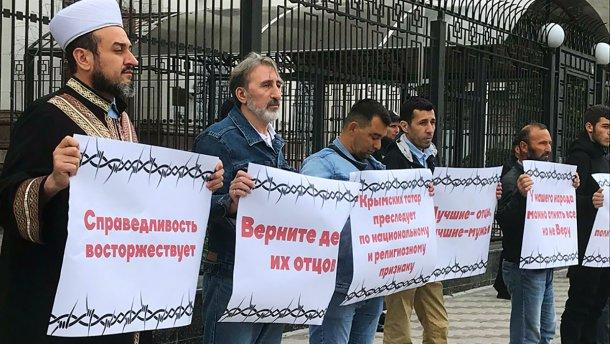 Крымские татары устроили протест под посольством России в Киеве: фото